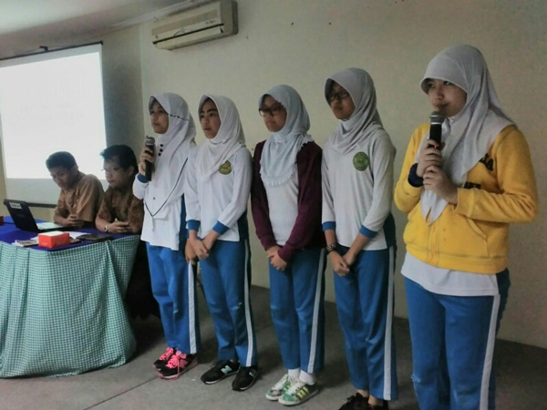 Perwakilan siswa kelas VI sedang melantukan hafalan surat Al-Buruj sebelum acara dimulai