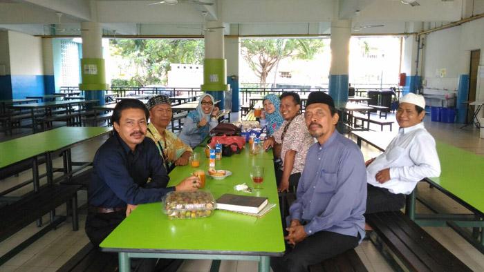 Guru SMP Al-Ikhlas bersama guru dan karyawan Al-Juned