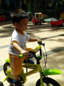 bermain sepeda