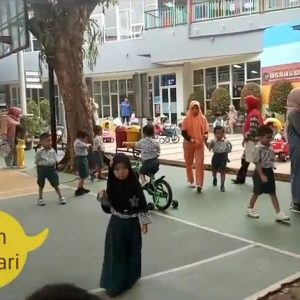 Sekolah KB/TK Islam Al Ikhlas Bermain di Pagi Hari